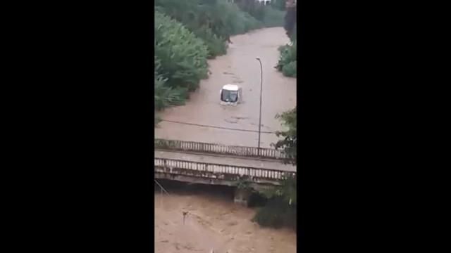 Ônibus é arrastado por correnteza do Rio Piabanha, em Petrópolis