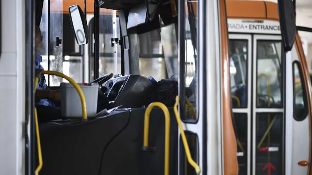 Ônibus tomba e deixa feridos no Centro do Rio