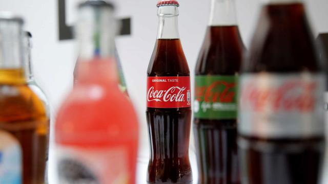 Funcionário de fornecedora de Coca-Cola é visto urinando em garrafa