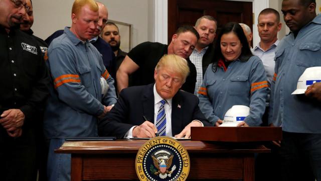 Trump assina decreto que impõe novas tarifas sobre aço e alumínio