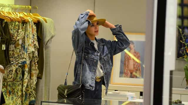 Com crachá da Globo à vista, Bruna Marquezine faz compras em shopping