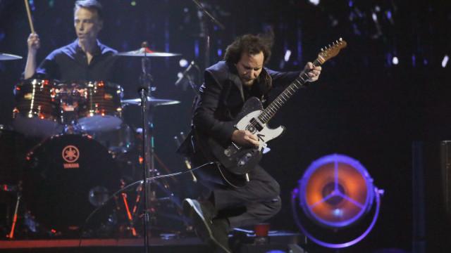 Pearl Jam lança pôster com Casa Branca em chamas e cadáver de Trump