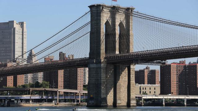 Helicóptero cai em rio em Nova York e duas pessoas morrem; vídeo