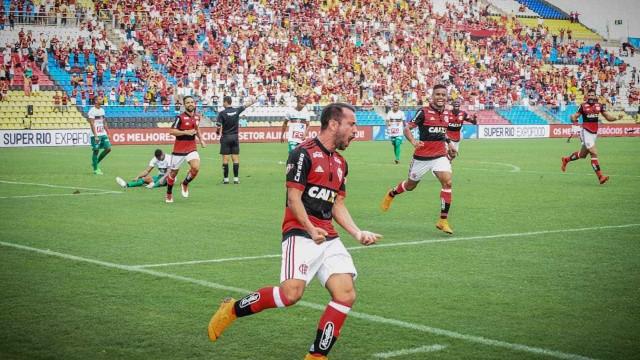 Éverton Ribeiro brilha, Flamengo goleia o Corinthians e assume a liderança