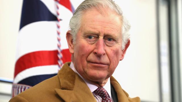 Charles não quer deixar filho de Harry se tornar príncipe, diz jornal