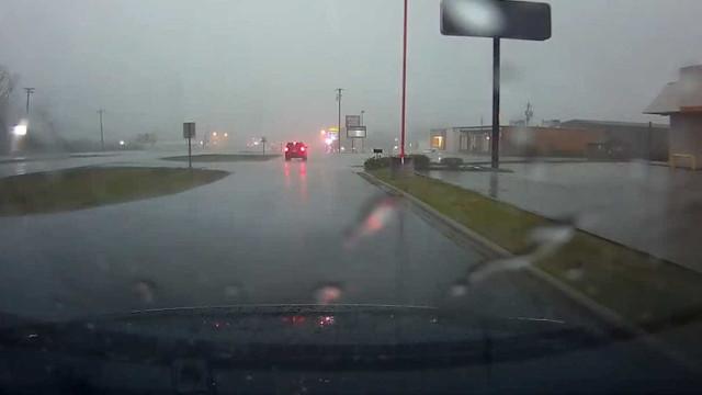 Pânico: motorista enfrenta tornado em estrada nos EUA
