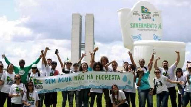 Manifestantes inflam vaso sanitário gigante para cobrar saneamento