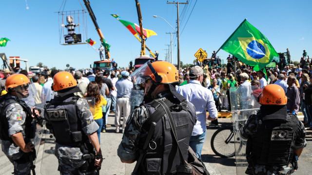 Polícia usa gás lacrimogêneopara dispersarmanifestantes anti-Lula
