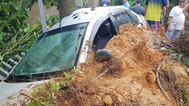 Chuva causa estragos e duas mortes em Santa Catarina