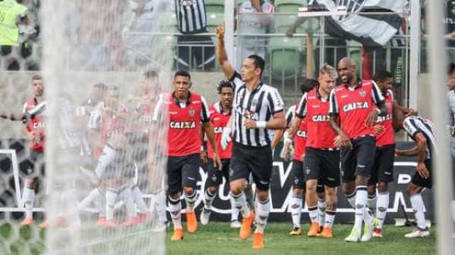Atlético-MG atropela com 3 gols, bate Cruzeiro e vê título mais perto