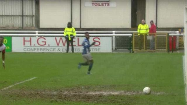 Poça de lama atua como 'zagueiro' em jogo na Inglaterra; assista