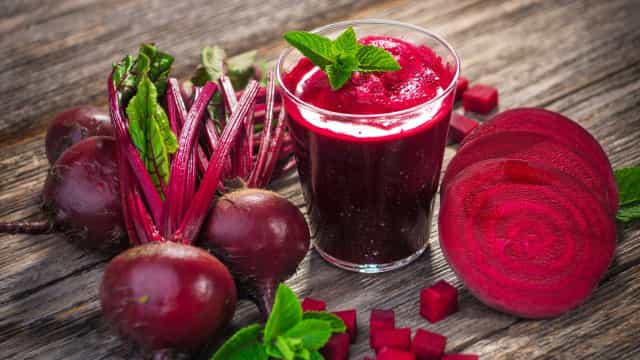 Comece o dia com um nutritivo suco de beterraba com frutas