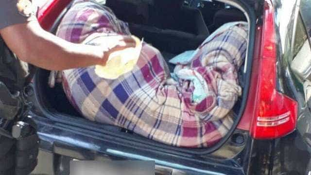 Corpos enrolados em panos são encontrados dentro de carro no RJ