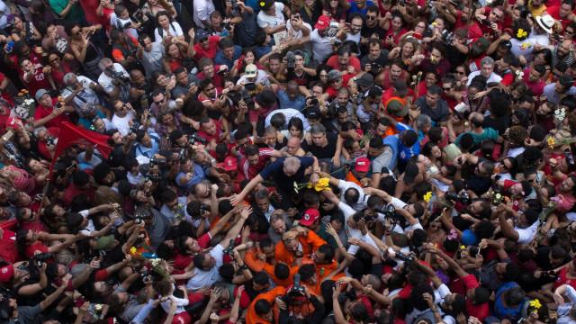 Lula deixa Sindicato dos Metalúrgicos a pé e se entrega à PF