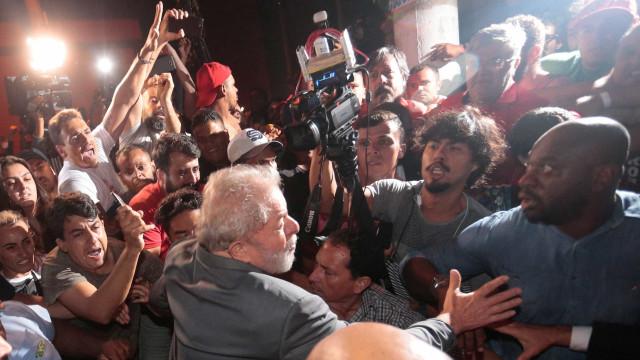 Comboio é recebido com tumulto por manifestantes na PF em SP