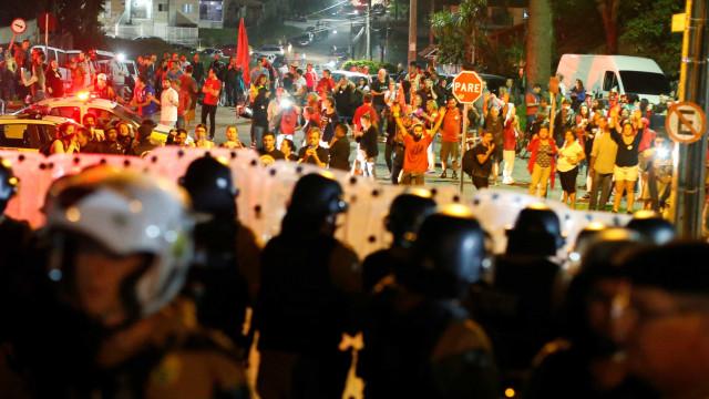 Centenas de manifestantes pró-Lula seguem em frente à PF em Curitiba
