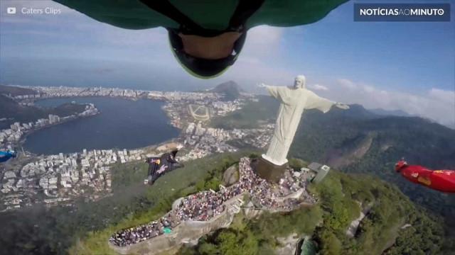 Impressionante: atletas fazem voo de wingsuit sobre o Cristo Redentor