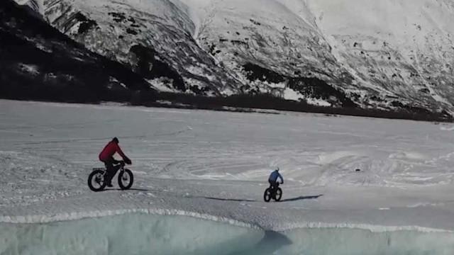 Imagens fantásticas de um passeio de bicicleta pelo Alasca