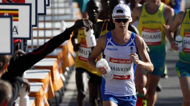 Maratonista tem colapso e bate a cabeça em grade enquanto liderava