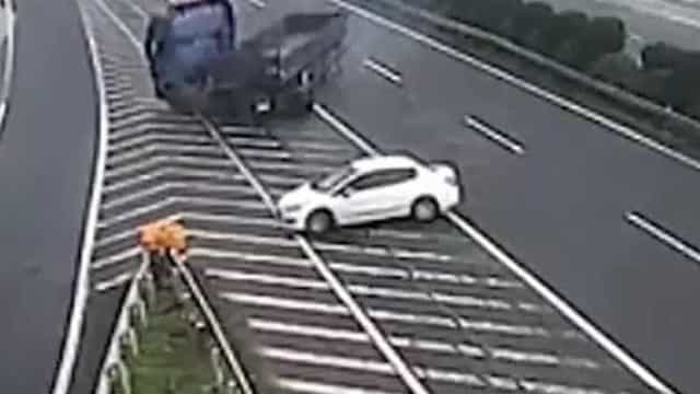 Motorista provoca dois acidentes e foge sem prestar socorro