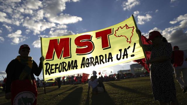 MST ocupa fazenda de Oscar Maroni, conhecido como 'magnata do sexo'