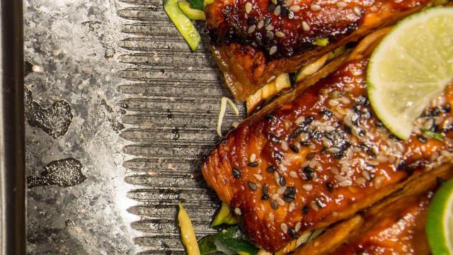 Prepare um salmão glaceado com alho e ervas