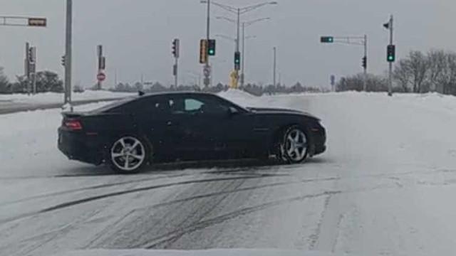 Motorista mostra como não se deve conduzir na neve