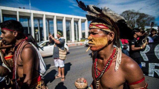 Indígenas fecham Eixo Monumental por demarcação de terras
