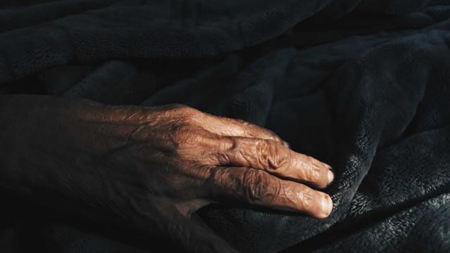Assaltantes se passam por agentes de saúde e espancam idoso em Brasília