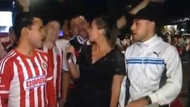 Repórter é assediada por torcedores e revida com 'microfonada'; vídeo