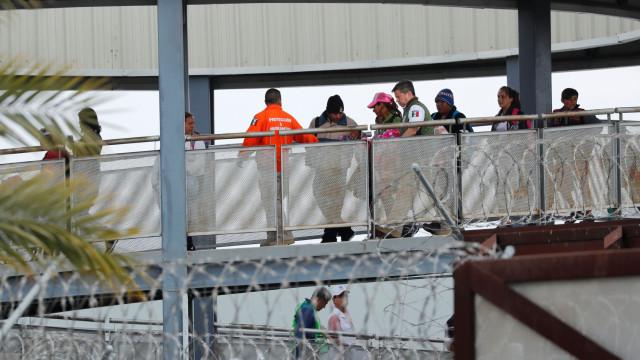 Imigrantes na fronteira México-EUA se entregam para pedir asilo