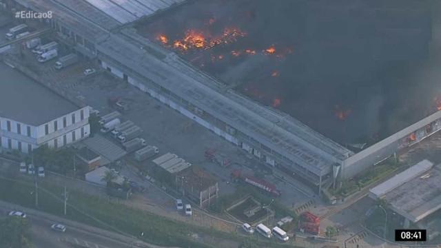 Rio: incêndio atinge galpão ao lado da Rodovia Presidente Dutra