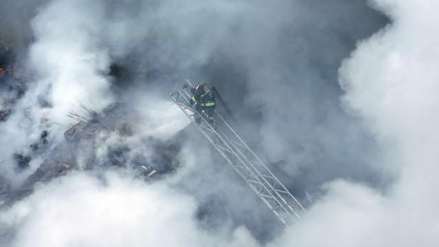 Bombeiros usam câmera térmica em resgate de vítimas de desabamento