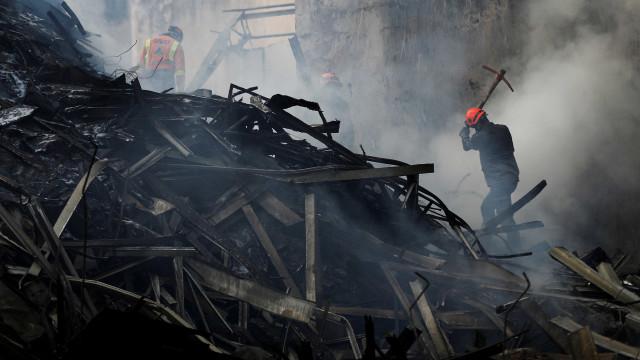 Incêndio em prédio teve gritos, correria e até portão de saída trancado