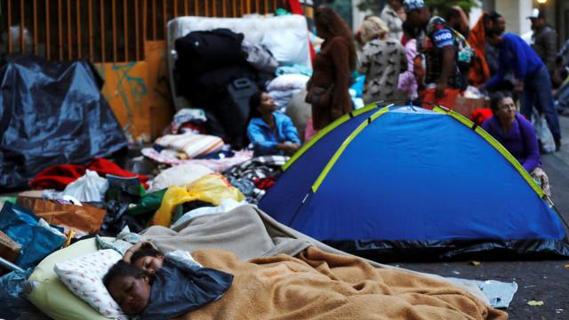 Sobrevivente de desabamento em SP dá à luz em acampamento e bebê morre