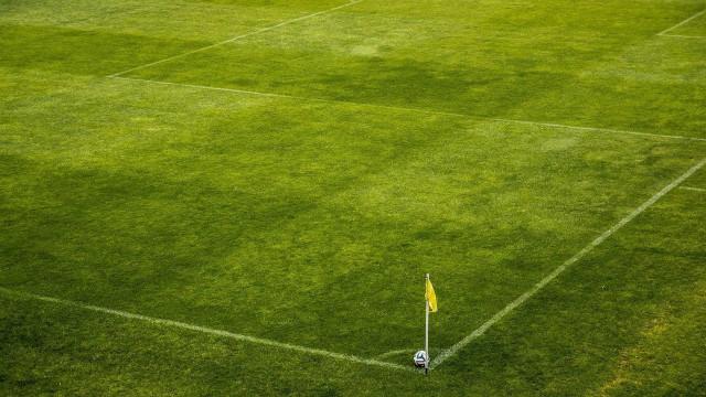 Organizada do Vasco invade o treino e cobra jogadores no gramado; veja