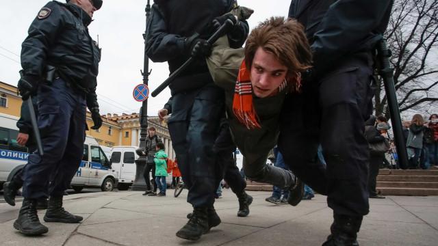 Protesto contra posse de Putin termina com mais de mil presos na Rússia