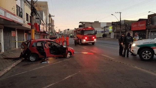 Deitada no banco de trás de carro, mulher morre em acidente no DF