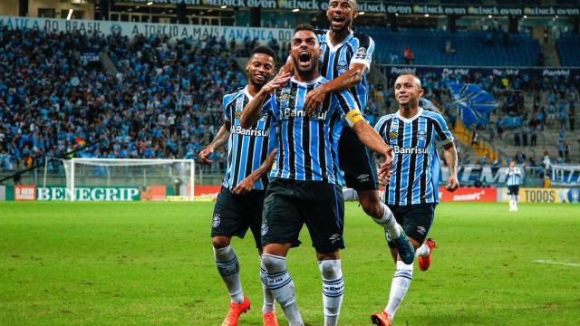 Com show de Maicon, Grêmio vence o Santos e se reabilita no Brasileirão
