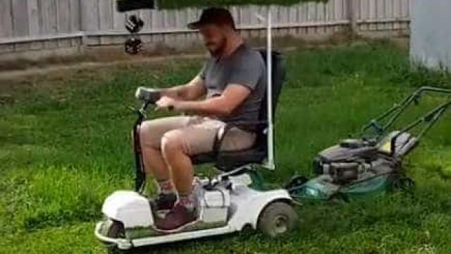 Homem cria engenhoca para cortar grama; vídeo