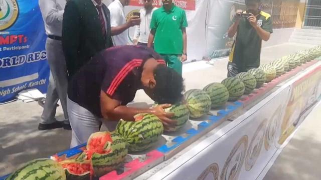 Homem esmaga 51 melancias com a cabeça em 1 minuto