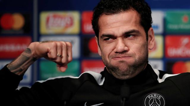 Dani Alves volta ao PSG após lesão, mas só joga em outubro