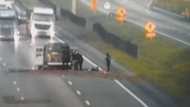 Assaltantes explodem carro forte na  Régis Bittencourt; vídeo