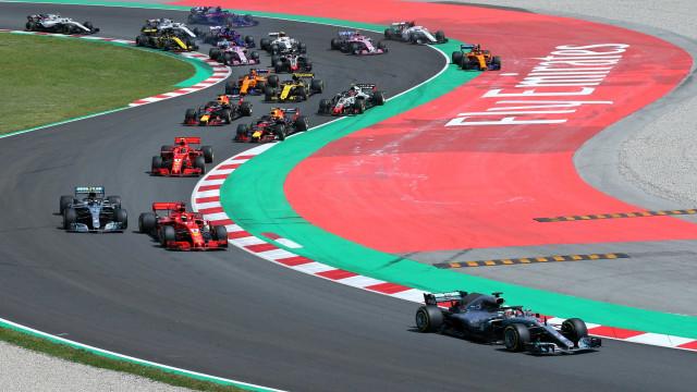 Grave acidente tira três pilotos na primeira volta do GP da Espanha