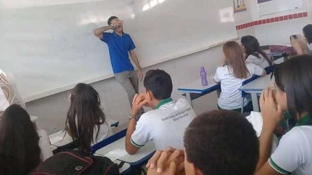 Alunos fazem rifa para presentear professor com salário atrasado