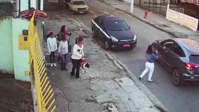 Assaltantes roubam mulheres sem sequer sair do carro em Niterói