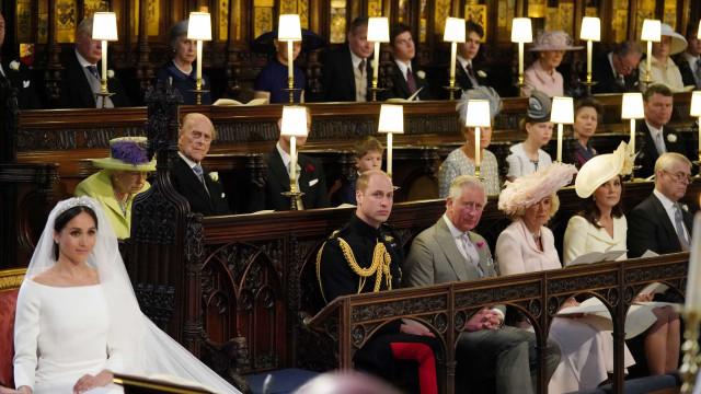 Entenda o motivo da cadeira vazia em frente à rainha no casamento real