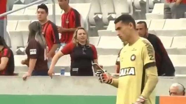 Goleiro do Atlético-PR é absolvido por celular em campo