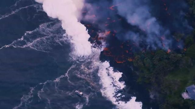 Imagens aéreas mostram lava do vulcão Kilauea caindo no oceano; vídeo