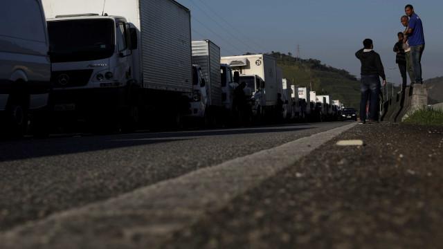 Greve de caminhões afeta abastecimento de alimentos em SP